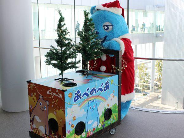 『あべのべあ』がサンタコスで登場! 日本一高いビルあべのハルカス展望台でクリスマスグリーティング