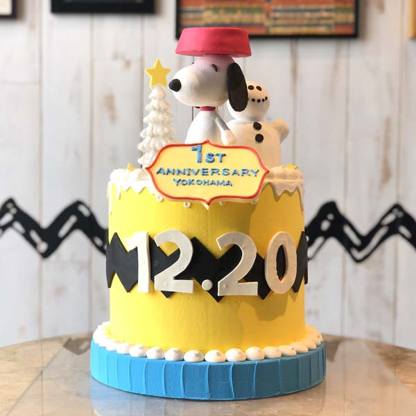 「PEANUTS DINER 横浜」1周年記念!スヌーピーのケーキを期間限定で展示!