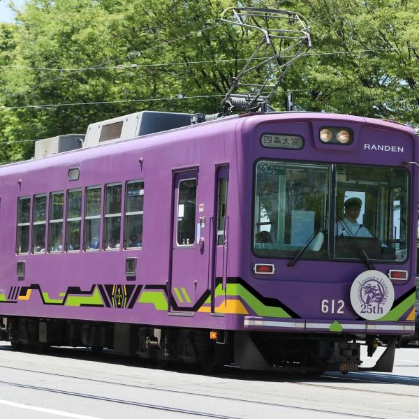 「エヴァンゲリオン」×「嵐電」コラボ実施!エヴァ仕様の車両が京都の街中を走る!